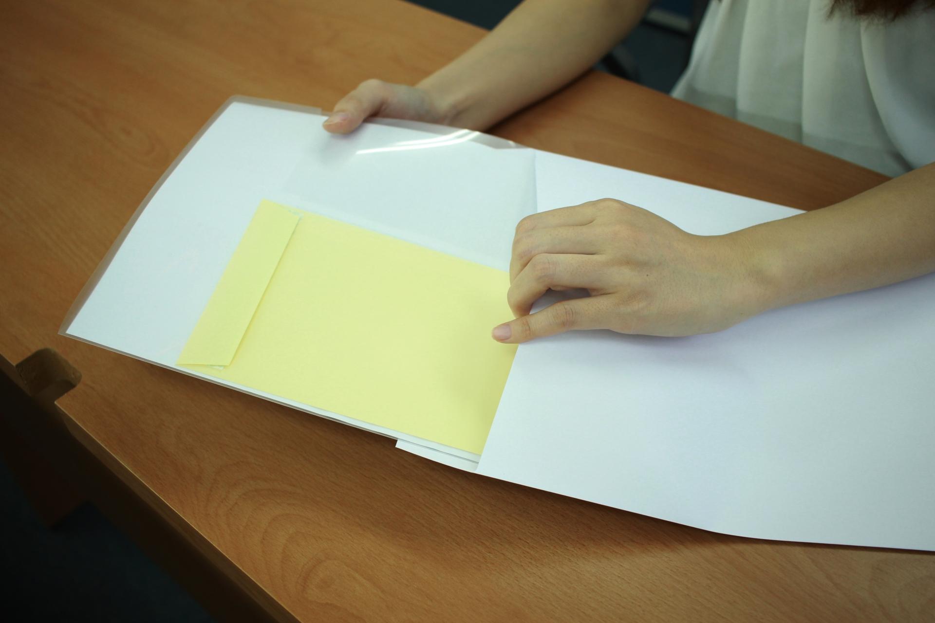 書類を封筒に入れる
