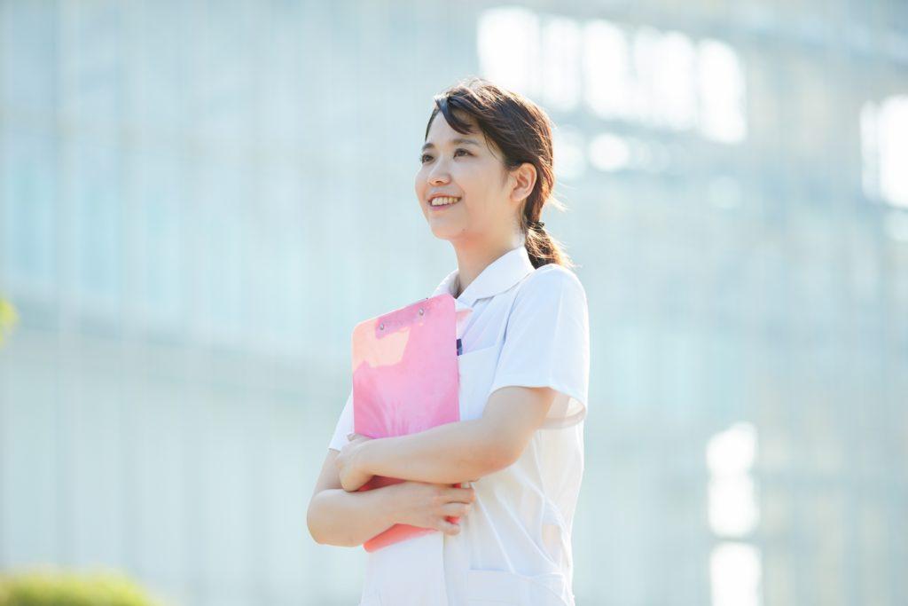 空を見上げる看護師