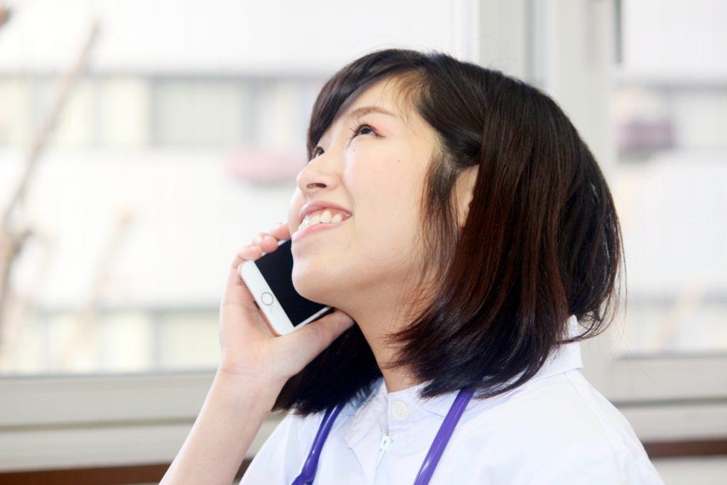 電話する看護師