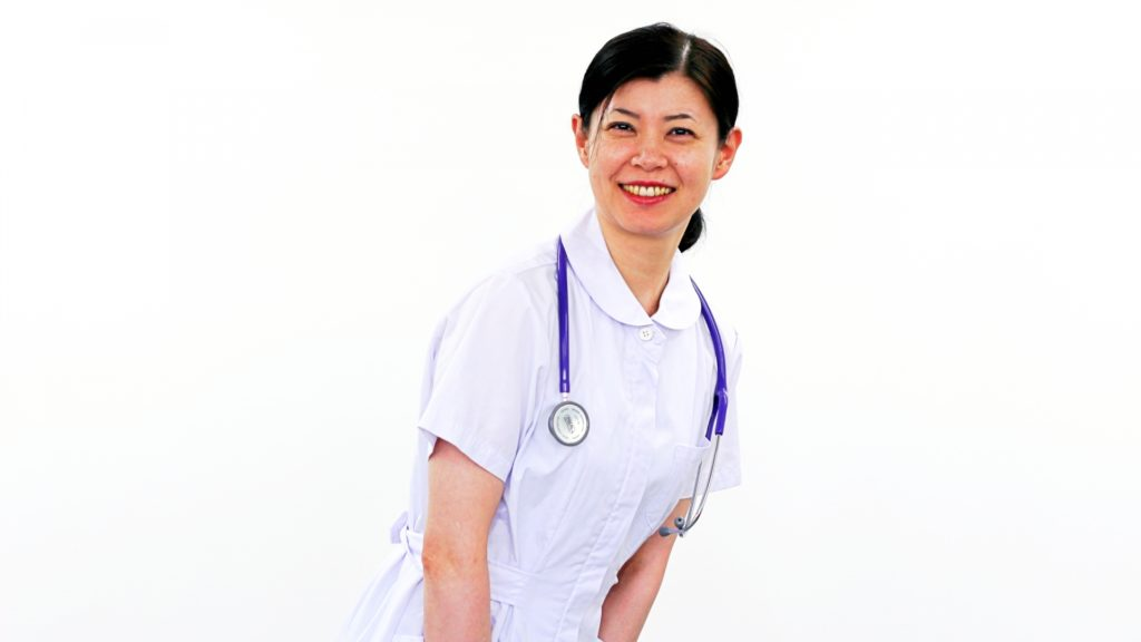 会釈する看護師
