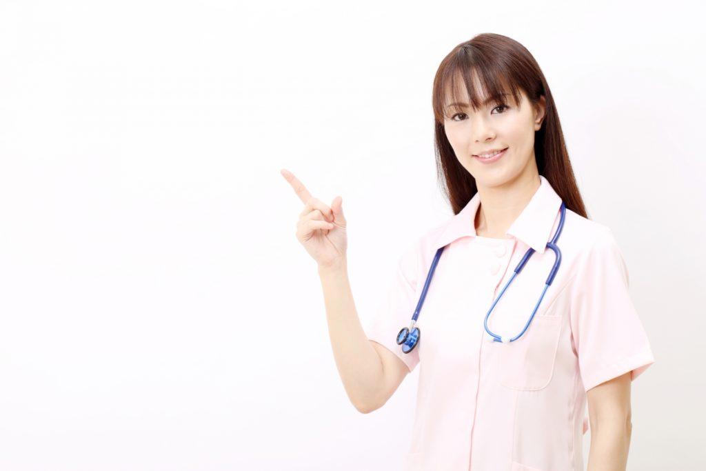 指を立てる看護師